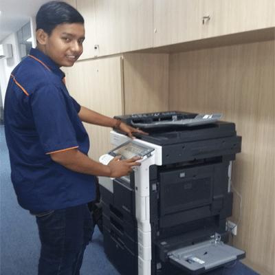 Pengecekan  mesin  di  salah  satu  perbankan  nasional